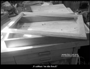 oak_cabinet_on_bench_BW_bordtext.jpg