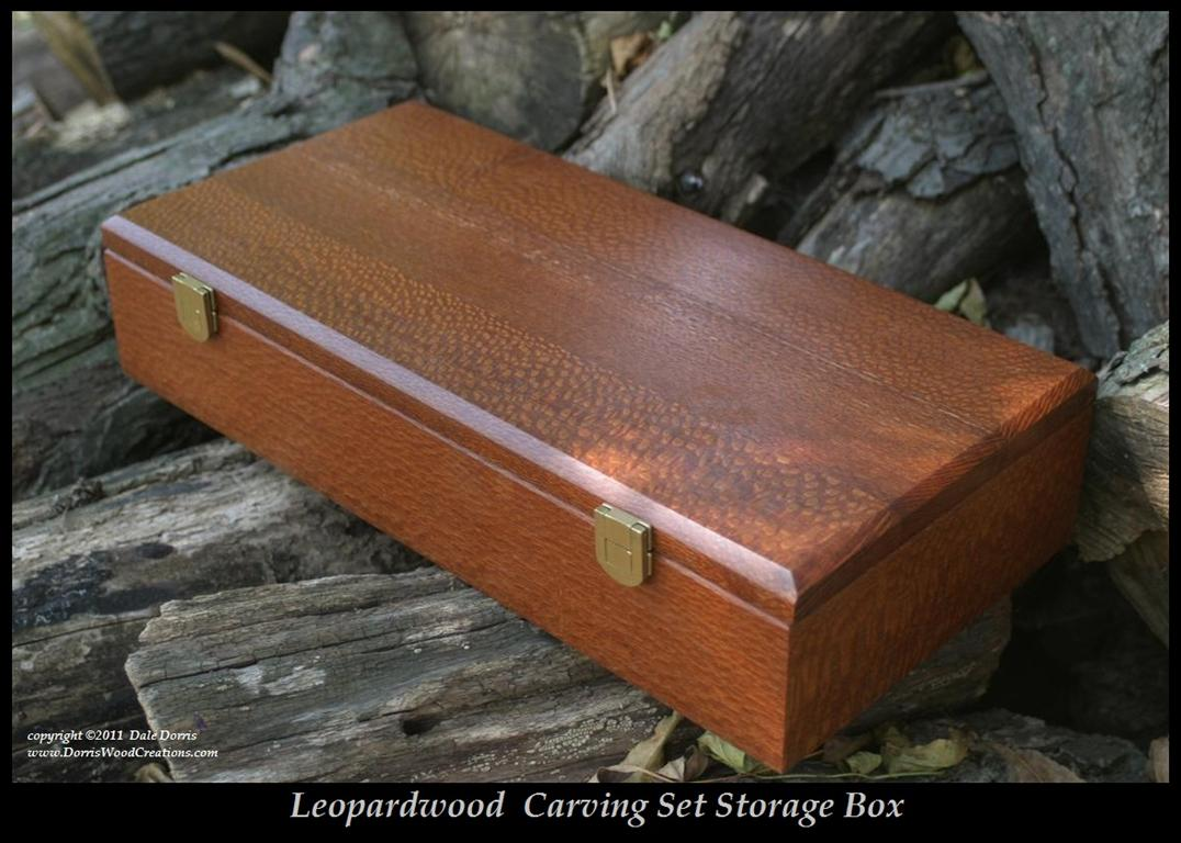 A_carving_set_box_Leopardwood_bordtext.jpg